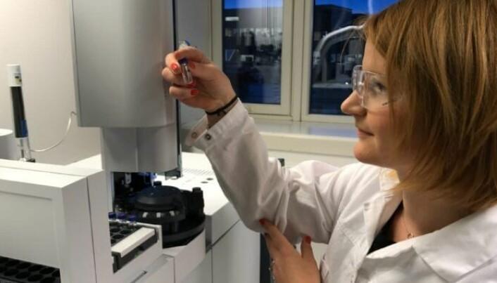 Lisbet Sørensen ved Sintef Ocean analyserer en gummigranulatprøve.