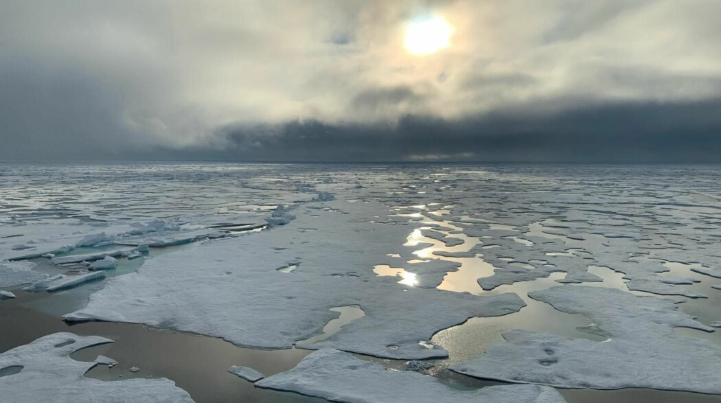 Besetningen på Polarstern kunne onsdag se isen på Nordpolen ligge i oppbrutte flak i sommersola, viser dette bildet fra ekspedisjonssjef Markus Rex.