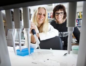 Trine Seeberg (til venstre) og Ingelin Clausen tester ulike belegg som kan hindre begroing og øke sensorens mulighet til å virke som den skal. (Foto: Werner Juvik)