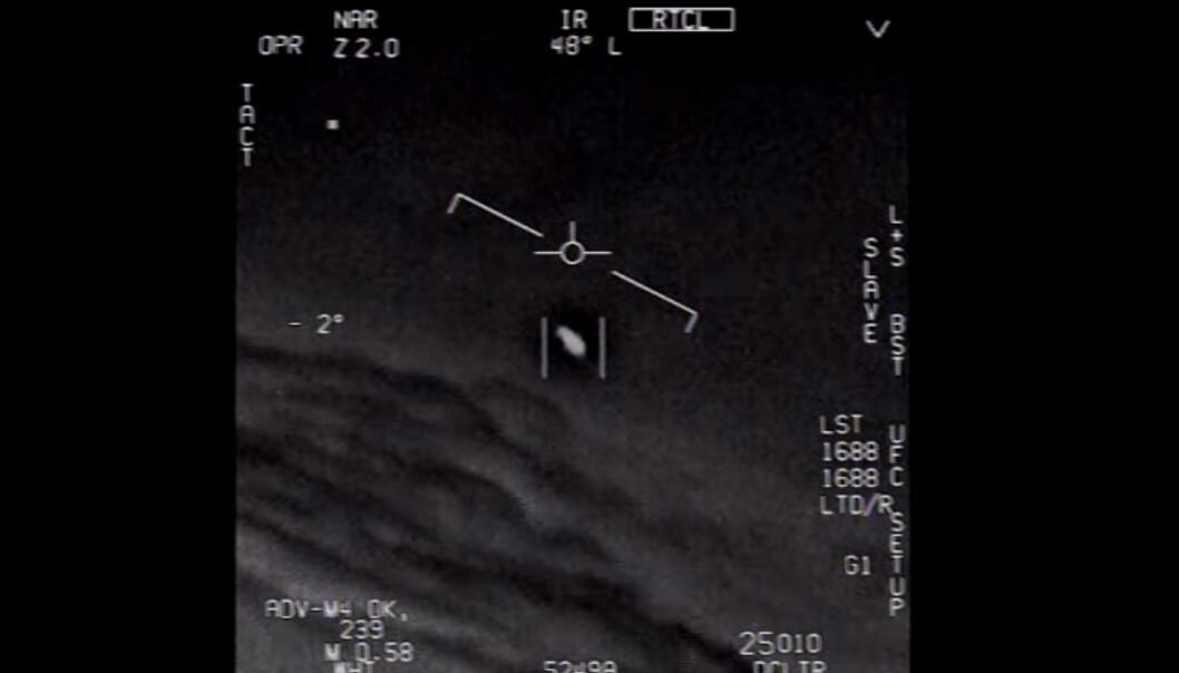Her har piloten klart å låse flyets kamera til det rare flygende objektet. Slik kan kameraet følge selv veldig raske bevegelser.