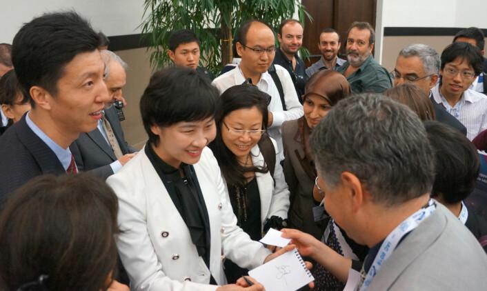 Liu Yang signerer autografer på Den internasjonale romfartskongressen i Napoli, 2012. (Foto: Arnfinn Christensen)