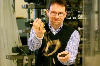 Øyvind Skreiberg forvandler greiner og topper fra felte grantrær. Resultatet er en finkornet masse som i sin tur blir til pellets med høy energitetthet. (Foto: Gry Karin Stimo/Sintef)