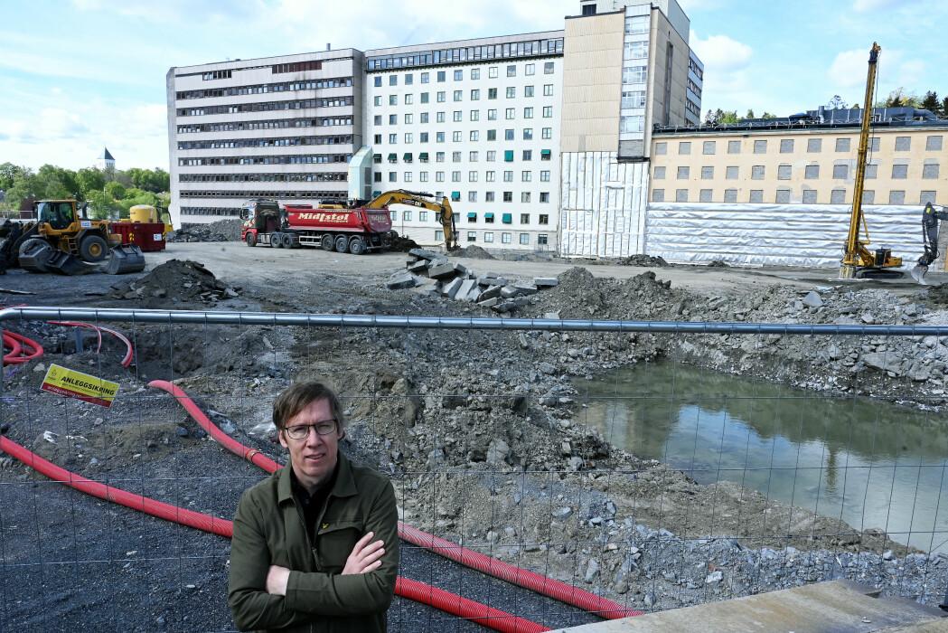 – Protonstråler setter ikke av like mye energi underveis i det friske vevet, men derimot mye energi i og rundt kreftsvulsten, forteller Eirik Malinen , Universitetet i Oslos ledende ekspert i medisinsk strålefysikk.   I denne gropen, rett ved hovedinngangen til Radiumhospitalet i Oslo bygges det nå et nasjonalt protonterapisenter. Det åpnes i 2024.