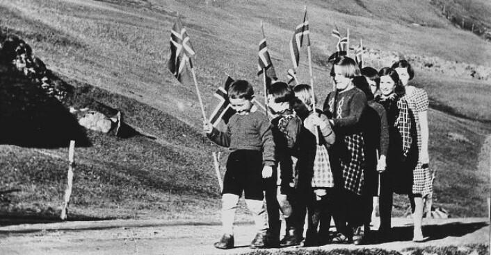 Tyske myndigheter forbød feiringen av 17. mai og å vise det norske flagget. Her et lite barnetog i en bygd i Nord-Norge, der ungene trosser forbudet. Det gikk mange slik tog under krigen. (Foto: Scanpix)