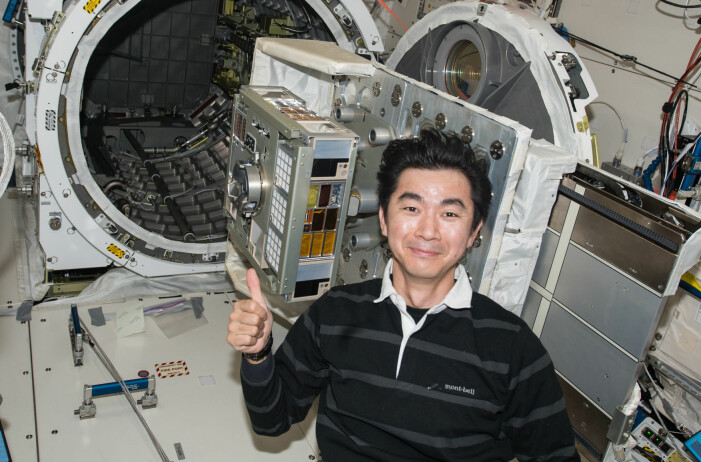 Den japanske astronauten Mr. Yugi gjør klar eksperimentmodulen ExHAM.