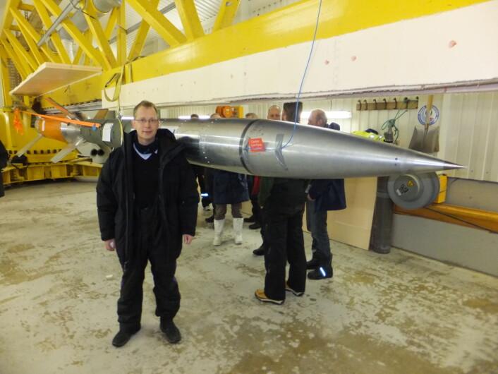Forsker Jøran Moen. Her i Ny-Ålesund hvor denne rakketten, ICI-3, ble skutt til 350 km høyde i desember 2011. (Foto: Bjørn Lybekk)