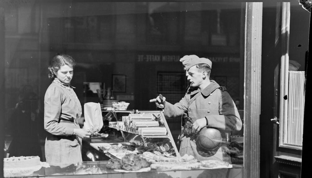 Tyske soldater i et bakeri i Oslo, april 1940.