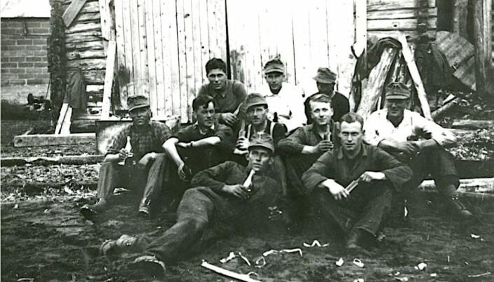 Norske arbeidere og tyske soldater under en pause. Nordland, 1940.