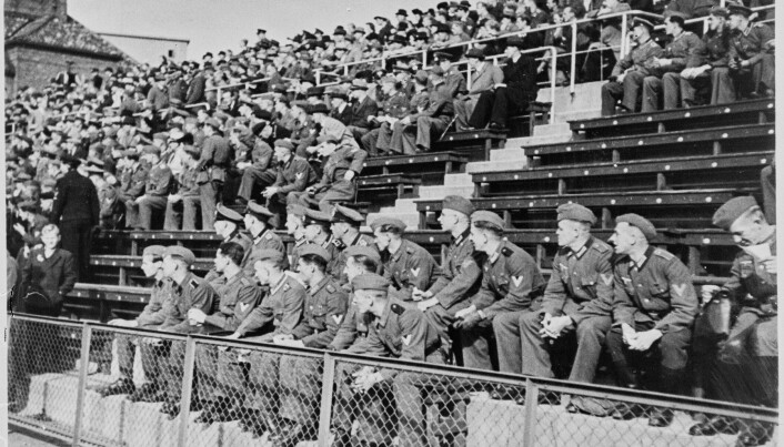 Tyske soldater og sivile nordmenn sammen på Bislett Stadion i 1943.