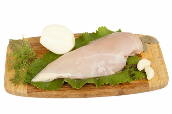 Et eksempel på dårlig praksis: Rått kjøtt og salat på samme fjøl. (Foto: Colourbox.com)