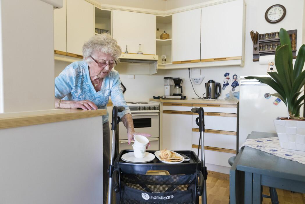 Motoriske ferdigheter kan gjøre matlaging mer utfordrende, og ikke minst har ensomhet vist seg å ha stor betydning. Mange eldre bor alene, og mange som har mistet noen, kan miste motivasjonen til å lage skikkelige måltider bare til seg selv og spise dem mutters alene.