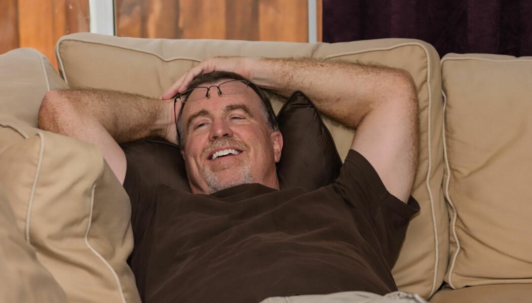 Middelaldrende menn som sover lenge om morgenen, sitter mer i løpet av dagen enn menn som står opp tidlig, ifølge ny finsk forskning.