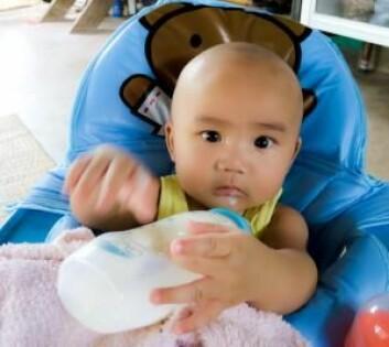 Slike småbarn snakker ikke mye. Derfor designet forskerne eksperimentene sine slik at de kunne vise sympati via handlinger. (Foto: Colourbox)