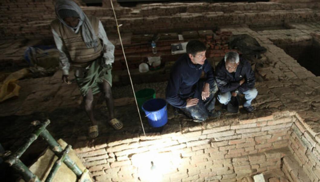 Arkeolog Robin Coningham (t.v.) og Kosh Prasad Acharya styrer utgravningene inne i Maya Devi-tempelet. Fram fra jorda kommer rester etter eldgamle templer fra Buddhaens egen tid. I bakgrunnen mediterer munker. Ira Block/National Geographic