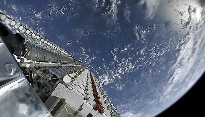 Bildet viser mange Starlink-satellitter i en stabel, slik de blir levert opp i bane.