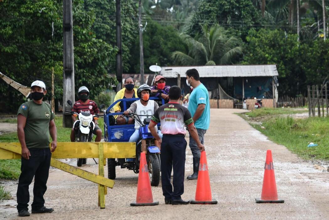 Urfolk i Amazonas i Brasil setter opp veisperringer for å hindre utenforstående tilgang til bostedet sitt. De er redde for å bli smittet med koronaviruset.