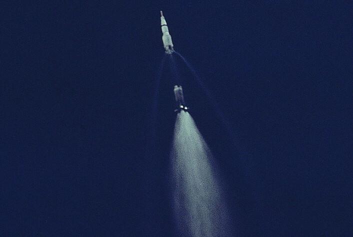 Det utbrente førstetrinnet S-IC på Saturn V-raketten kobles fra før det faller ned i havet under oppskytningen av Apollo 11 den 16. juli 1969. (Foto: NASA)
