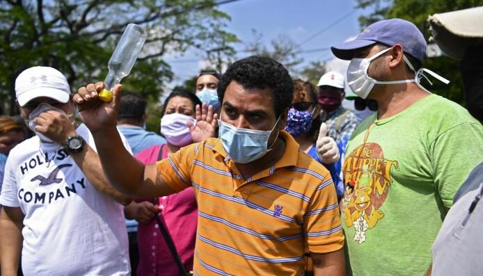 I mai demonstrerte folk i El Salvadors hovedstad San Salvador mot stengingen av kontorer som deler ut statlig støtte. Koronakrisen har forverret økonomien og skapt uro.