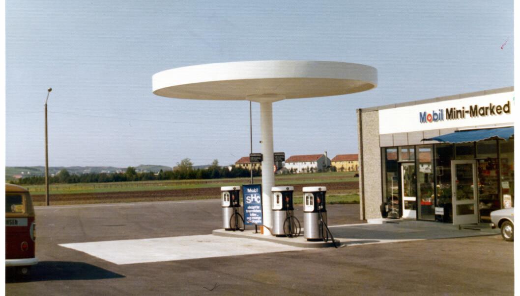 Mobil på Sola i Rogaland. Slik kunne en bensinstasjon se ut på 1970- og 1980-tallet. Fortsatt er designet ute stramt og gjennomført, inne er bensinstasjonen blitt mer kiosk med mange varer.