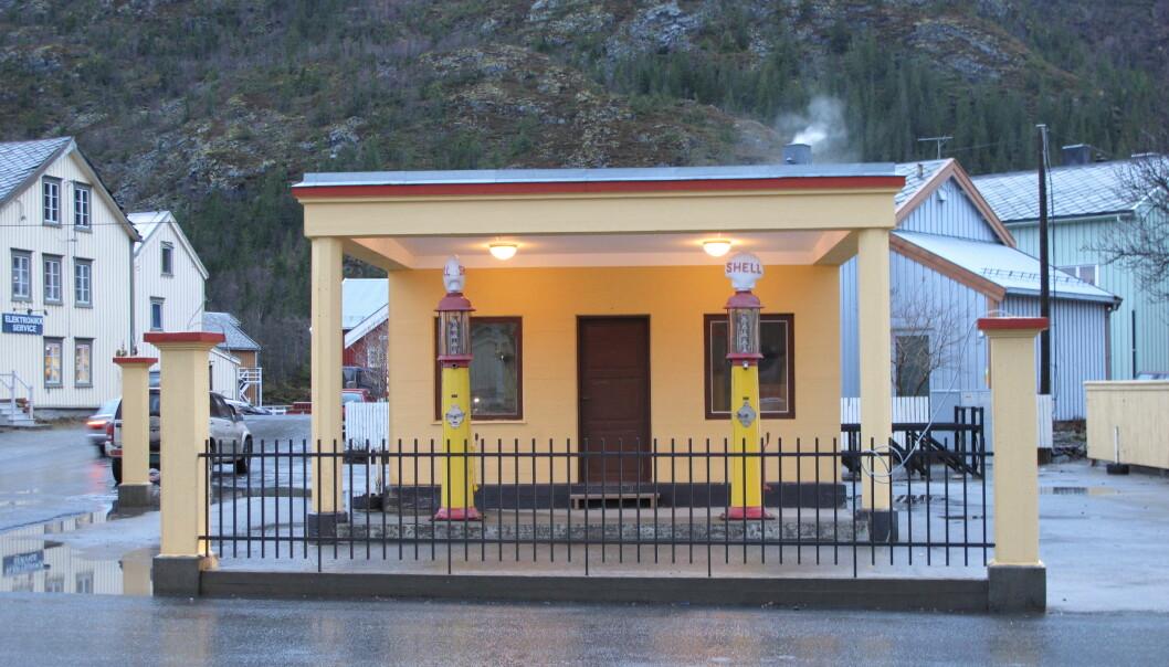 Denne Shell-stasjonen i Mosjøen er den eldste originale bensinstasjonen i Nordland. Den er fredet av Riksantikvaren. Stasjonen er fra 1930-tallet og da hadde nyklassisismen med greske søyler blitt erstattet av den mer moderne funksjonalismen. Shell i Mosjøen er bygget i typisk enkel funkis-stil.