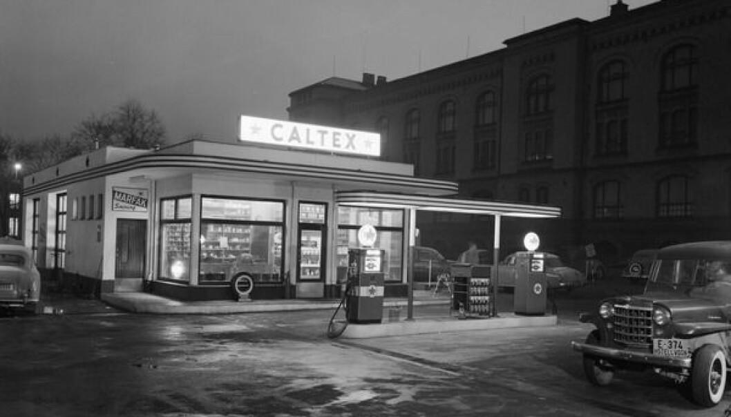 På Tullinløkka i Oslo sentrum la denne Caltex-stasjonen, fotografert i 1957. Her er det liten tvil om påvirkningen fra USA.