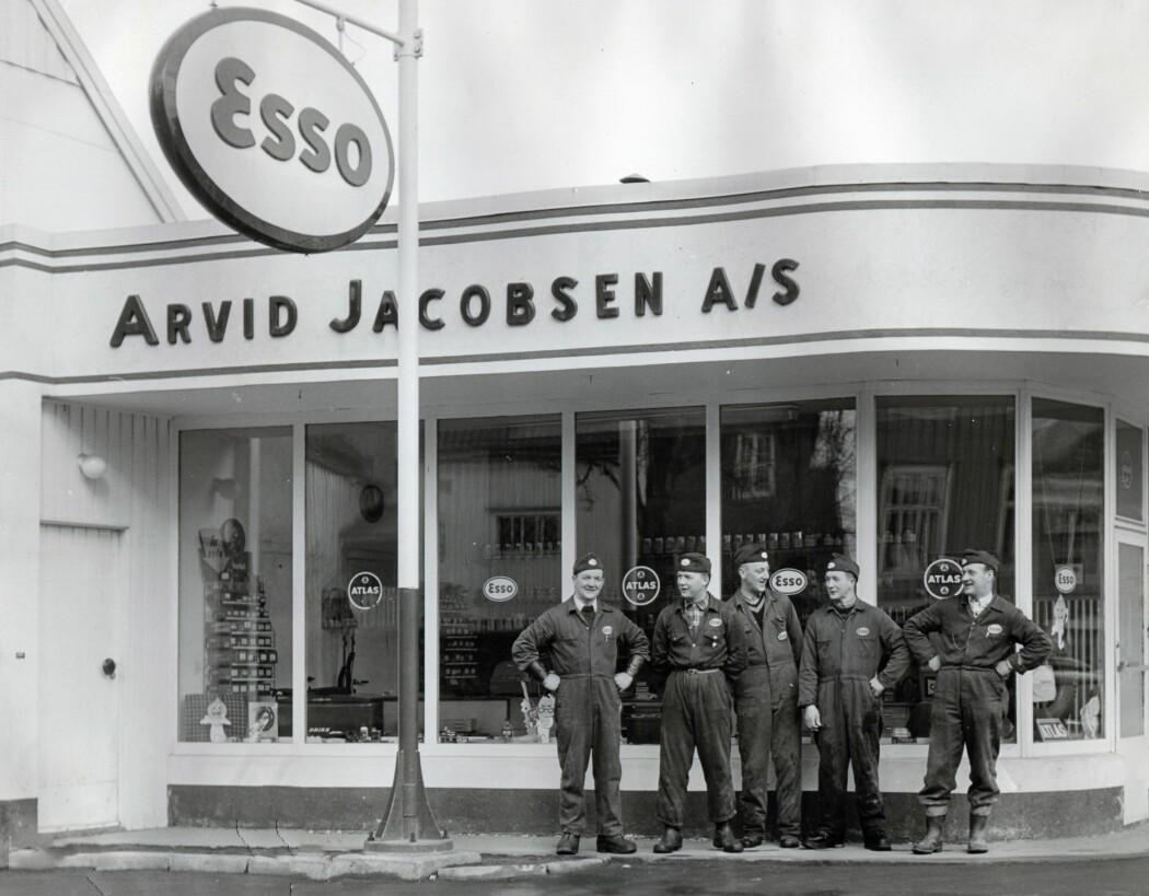Stramme bensinkarer i Trondheim. Eieren av bensinstasjonen Arvid Jacobsen lengst til venstre.