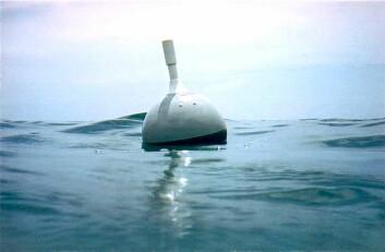 Havbøyene flyter på havoverflaten, men har et drivanker 15 meter under seg. Dermed følger den havstrømmen og ikke vinden, og rapporterer om posisjon og temperatur flere ganger om dagen. (Foto: Global Drifter Program)