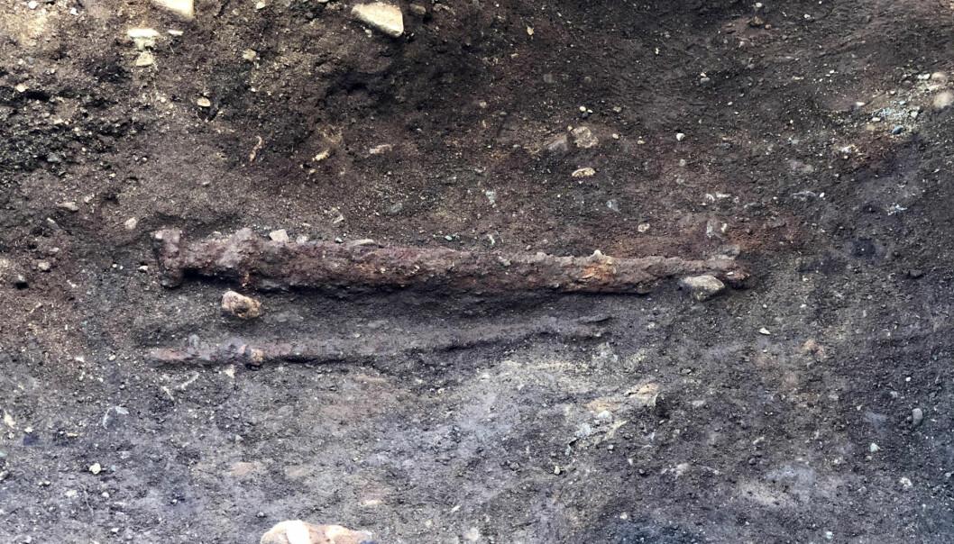 Det er vanlig at sverd ble lagt på høyre side av kroppen i slike våpengraver. I denne graven ble det lagt på venstre side. En forklaring kan være at krigeren var venstrehendt.