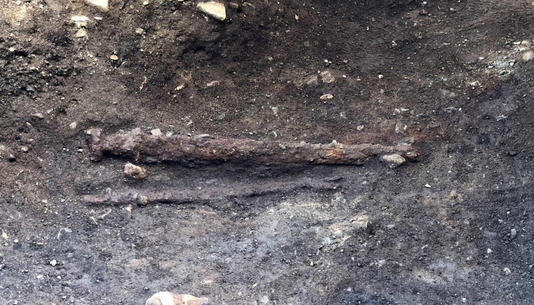 Swords are usually placed on the right side of the body in weapon graves like this. In this grave, it was laid on the warrior's left side. One explanation may be that the warrior was left-handed.