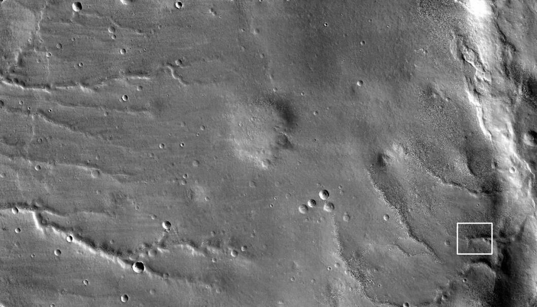 """""""Her er det første bildet Mars Reconnaissance Orbiter har tatt av Mars, med det avanserte HiRISE-systemet. Den hvite rammen til høyre på bildet viser hvor utsnittet, som du ser på bildet nedenfor, er hentet fra. Bildet ble tatt 24. mars. Foto: NASA/JPL-Caltech/University of Arizona."""""""