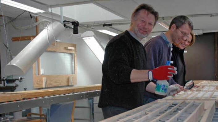 Borekjernene er gransket ved NGUs laboratorium, her av Victor Melezhik, Aivo Lepland og Melanie Mesli. (Foto: Gudmund Løvø)