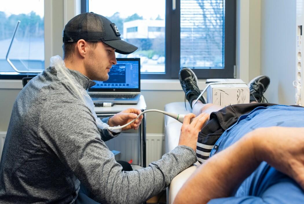 Mastergradsstudent Joachim S. Fjeller måler muskeltykkelse og muskelkvalitet med ultralyd i lårmuskulaturen til en av forskningsdeltakerne.