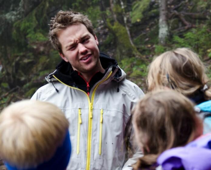 Kroppsøvingslærar-student Hallgeir Martinsen frå NIH på skogstur med ein klasse frå Lommedalen skole.