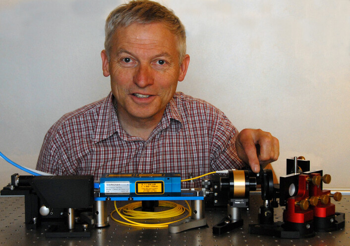 Førsteamanuensis Arnt Inge Vistnes justerer laseren på en av lyskildene. (Foto: Privat)