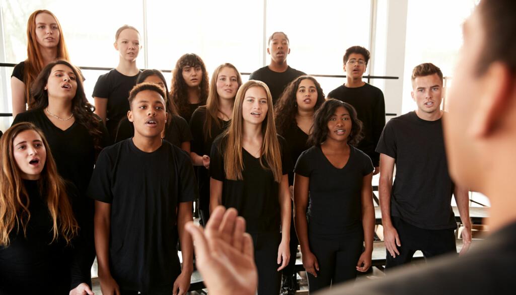 – Jentenes stemme synker med en og en halv tone. Til sammenligning synker guttenes stemme en hel oktav, sier forsker Runa Hestad Jenssen.