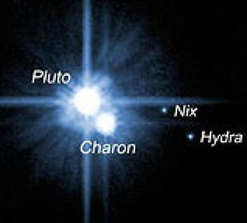 """""""Romteleskopet Hubble tok dette bildet av Pluto med de to nye månene Nix og Hydra 15. mai 2005. Foto: NASA"""""""