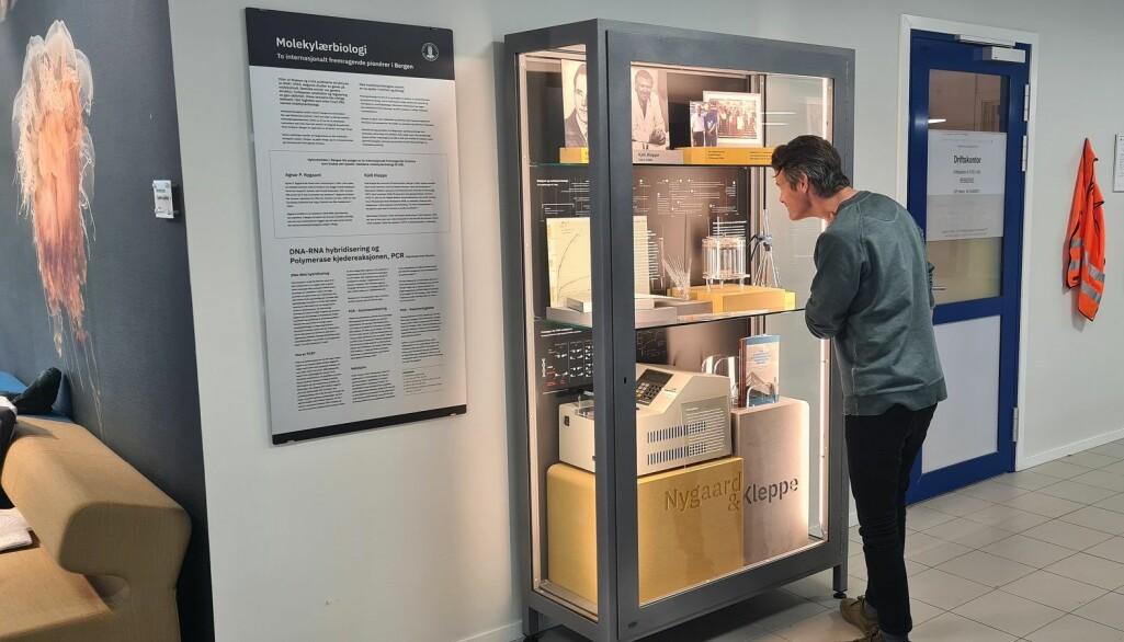 Designer Ian Holcroft legger siste hånd på den permanente utstillingen om Agnar Nygaard (1919-1979) og Kjell Kleppe (1934-1988) på Høyteknologisenteret ved Universitetet i Bergen.