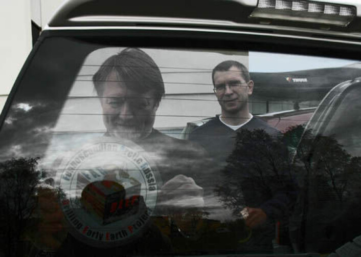 Forskerne Victor Melezhik og Aivo Lepland klargjør bilen før det fem måneder lange feltoppholdet i nordvest-Russland i 2007. (Foto: Gudmund Løvø)