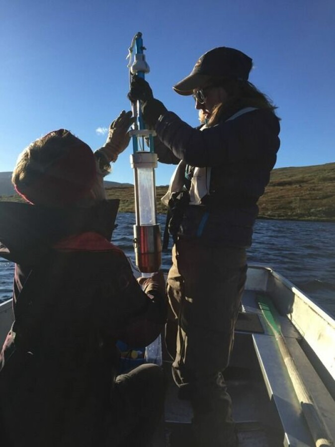 Sedimentprøvetaking fra en innsjø til en masteroppgave ved NMBU. Sedimentkjerner kan gi viktig informasjon om innsjøens respons på endringer i klima.