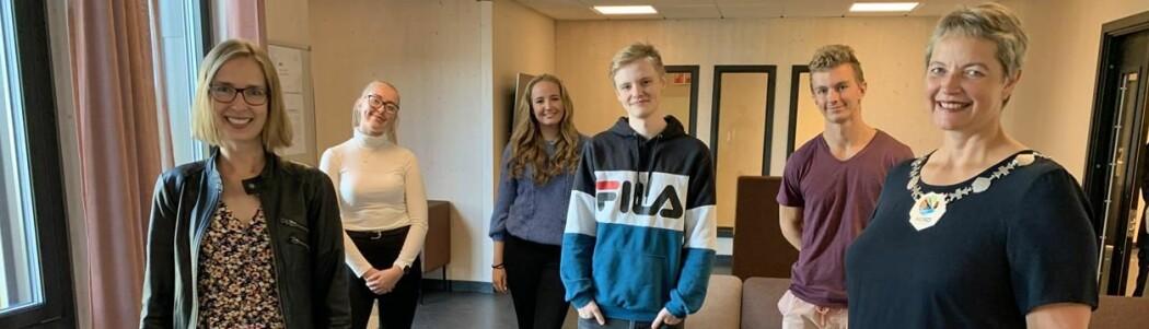 Næringsminister Iselin Nybø og rektor Hanne Solheim Hansen saman med studentane Ingelin Karlsvik (bak til venstre), Sandra Eriksen, Benjamin Thorsen og Stian Mikalsen.