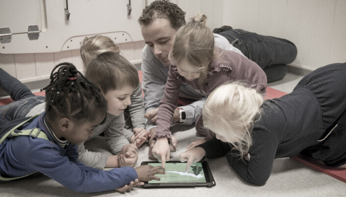 Children and kindergarten teachers use digital picture books differently