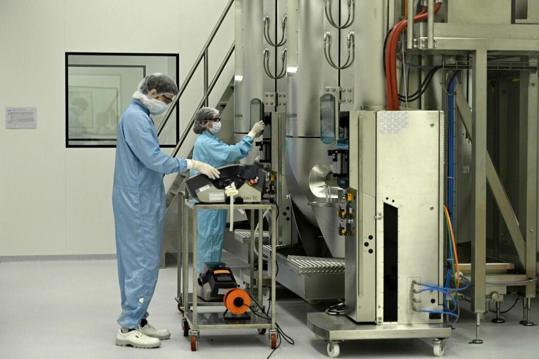 Ingeniører jobber ved et laboratorium i Argentina som står klar for å produsere covid-19-vaksinen utviklet ved Oxford University hvis den blir godkjent.