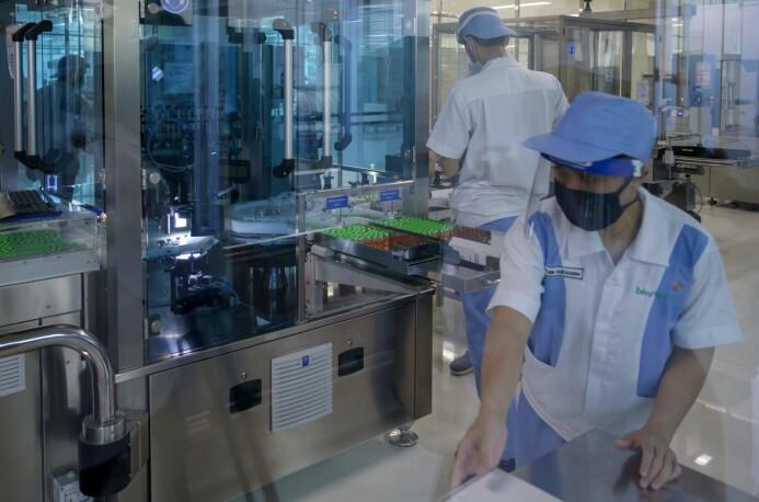 Ansatte ved et legemiddelfirma i Indonesia har sagt de har kapasitet til å produsere 250 millioner doser av en kinesiskutviklet covid-19-vaksine. 1600 frivillige indonesere er med på å teste ut vaksinen.