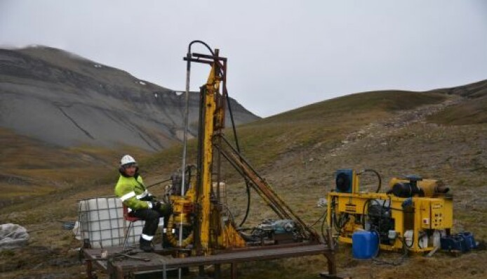 Boring for å hente opp prøver i Deltadalen på Svalbard.