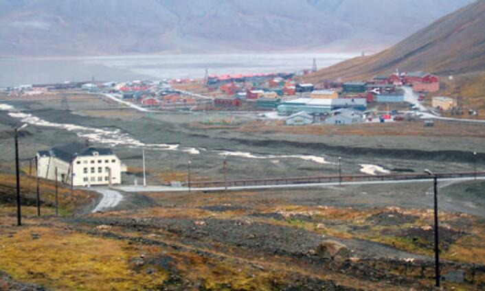 Longyearbyen ved Adventfjorden på Svalbard. Mye av bygningsmassen malt med PCB-holdig maling. I dag er dette en kilde til spredning av PCB. Både jorda og atmosfæren over Svalbard er forurenset av PCB. (Foto: NGU)