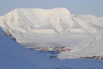 Under det kalde ytre kan det skjule seg et varmereservoar som kan brukes til å utvinne fornybar geotermisk energi. Longyearbyen, Svalbard. (Foto: colourbox.no)