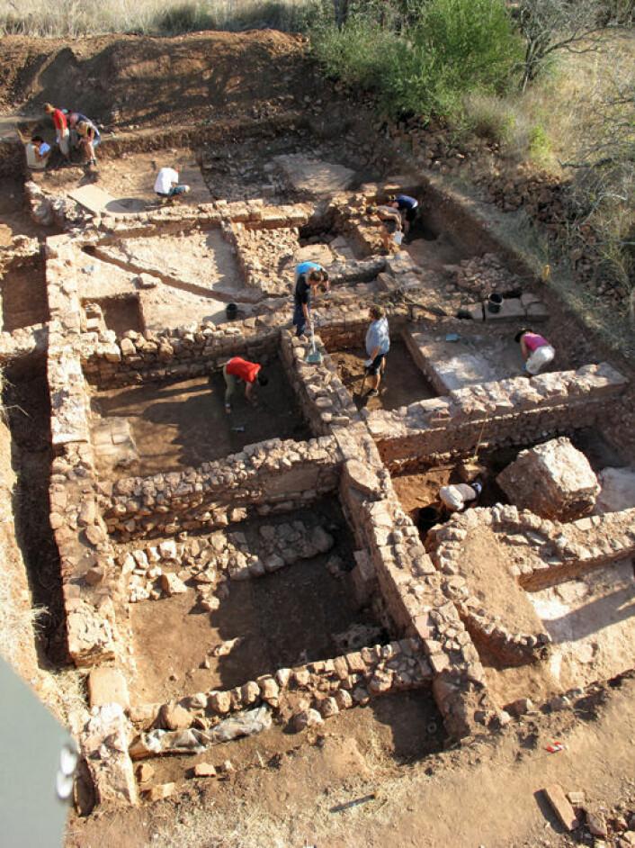 Marmorplaten ble funnet under utgraving av denne romerske villaen nær Silves i Algarve sør i Portugal. Utgravingene fortsetter i sommer. Foreløpig er 160 kvadratmeter av villaen avdekket. (Foto: Dennis Graen/FSU)