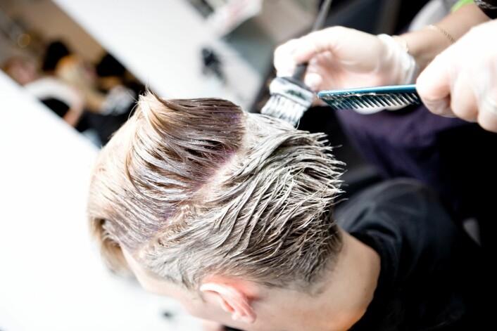 Det å farge håret kan være risikabelt - for frisøren. (Foto: Colourbox)