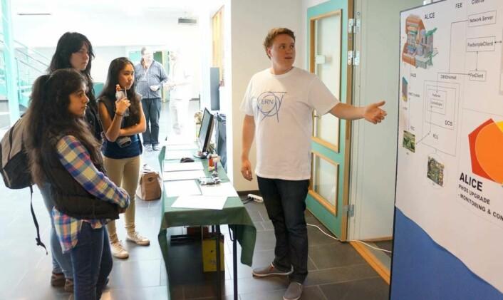 Ole Gunnar Faltin forklarer medstudenter hvordan dataprogrammet han har vært med på å utvikle, gjør hverdagen lettere for partikkelfysikere på forskningssenteret CERN. (Foto: Arnfinn Christensen, forskning.no.)