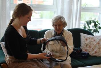 Den nye hoftebeskytteren er testet av eldre brukere. Til venstre prosjektdeltaker og masterstudent ved NTNU Ingrid Lothe Ruø, til høyre Karen Aanjesen som er sprek testpilot. (Foto: Tore Christian Storholmen)